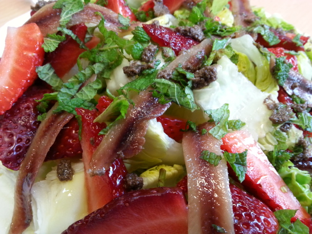 Lettuce heart with strawberries and Cantabrian anchovies