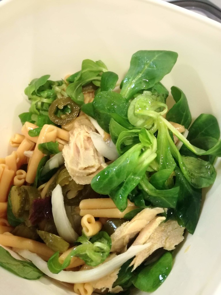 Lentil pasta salad with lamb's lettuce and White Tuna