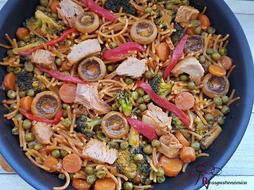 Fried noodle, vegetable and white tuna fideuá