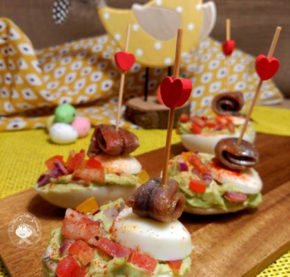 Christmas canapés: Eggs in guacamole with anchovies