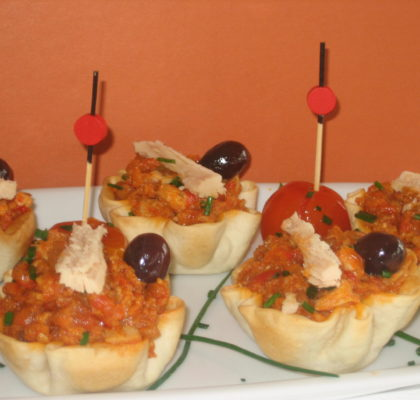 Christmas: White tuna neck, with tomato, onion and pepper confit canapés