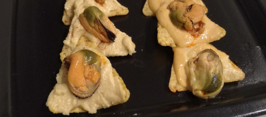 Christmas canapes: Nachos trees with hummus and mussels