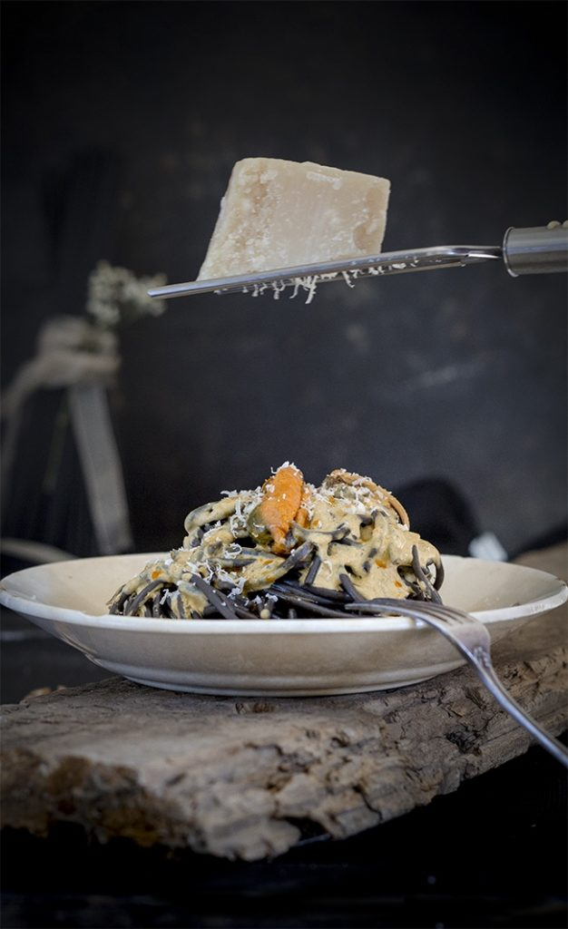 Spaghetti with squid ink and pickled mussels' sauce