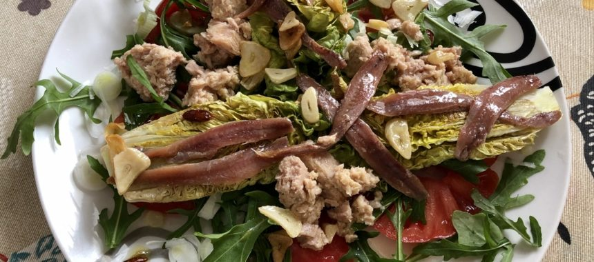 Warm salad of braised buds with tuna, anchovies and bilbaína sauce dressing