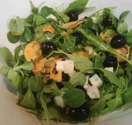 Mussels and goat cheese salad