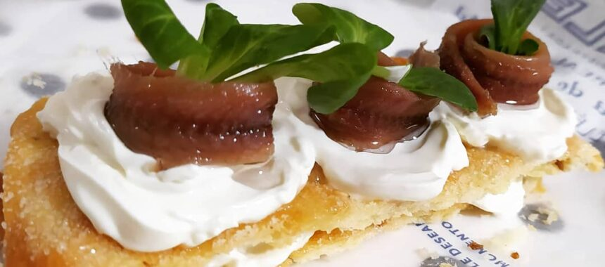 Millefeuille of cream cheese, Cantabrian anchovies and lamb's lettuce with pancake of oil