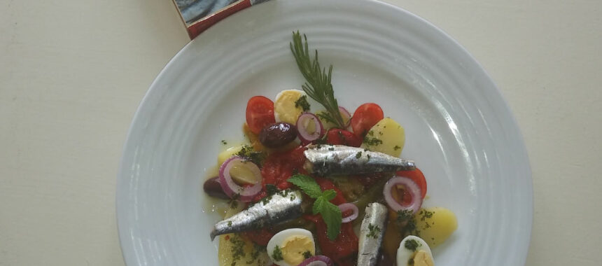 Potato salad with sardines and tricolor peppers