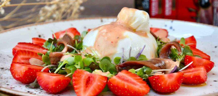 Strawberries, burrata and anchovies salad